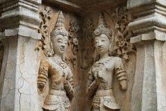400 år gammalt förstört forntida anseende och be av den manliga ängelstatyn på Chiangmai, Thailand, buddha staty Royaltyfria Bilder
