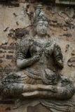 400 år gammalt förstört forntida anseende och be av den manliga ängelstatyn på Chiangmai, Thailand, buddha staty Arkivbilder