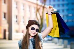 10 år gammalt flickabarn på shopping i staden Arkivbild