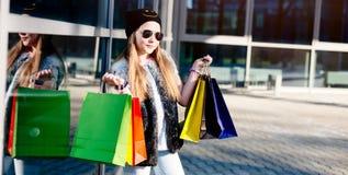 10 år gammalt flickabarn på shopping i staden Arkivbilder