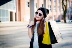 10 år gammalt flickabarn på shopping i staden Royaltyfri Bild
