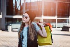 10 år gammalt flickabarn på shopping i staden Arkivfoton