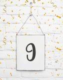 9 år gammalt kort för födelsedagparti med nummer nio med guld- lurar Royaltyfri Foto