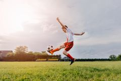 8 år gammalt pojkebarn som spelar fotboll Royaltyfri Bild