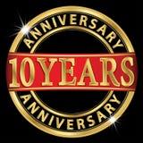 10 år guld- etikett för årsdag med bandet, vektorillust Arkivfoton