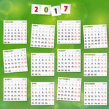 2017 år kalender på glad grön bakgrund Royaltyfri Bild