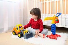 2 år litet barnpojke spelar bilar hemma Royaltyfri Fotografi
