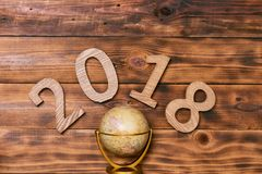 År 2018 med rund jordklotöversiktslögn på trätabelltextur Empt Arkivbilder
