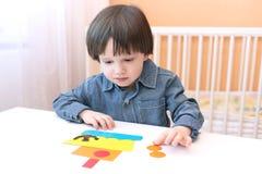 2 år pojke gjort skepp av pappers- detaljer Royaltyfria Foton