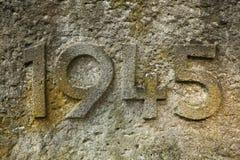 År 1945 som snidas i stenen År av världskrig II Arkivfoton