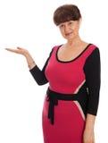 65 år stående för gammal kvinna mot av vit bakgrund Bra pensionsåldern se kvinnan som ler, London Royaltyfri Fotografi