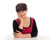 65 år stående för gammal kvinna mot av vit bakgrund Bra pensionsåldern se kvinnan som ler, London Royaltyfria Bilder