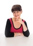 65 år stående för gammal kvinna mot av vit bakgrund Bra pensionsåldern se kvinnan som ler, London Arkivfoto