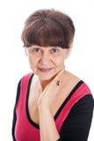 65 år stående för gammal kvinna mot av vit bakgrund Bra pensionsåldern se kvinnan som ler, London Arkivbilder