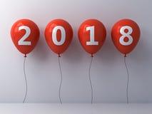 År tvåtusen arton, lyckligt nytt år 2018, text för vit 2018 på röda ballonger över vit väggbakgrund Royaltyfri Fotografi