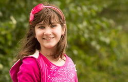 7 år unga för gammal yttersida för flicka posera Arkivfoton