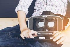 7 år unge som spelar VR Royaltyfria Bilder