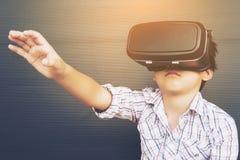 7 år unge som spelar VR Royaltyfri Foto