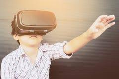 7 år unge som spelar VR Royaltyfri Fotografi