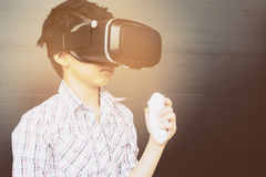 7 år unge som spelar VR Arkivbilder