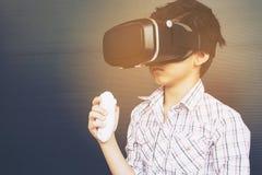7 år unge som spelar VR fotografering för bildbyråer