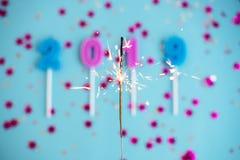 Året och jul för festlig ferie slösar det nya bakgrund med konfettier, stjärnor, tomtebloss, stearinljus 2019 Begrepp av royaltyfri fotografi