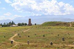 Århundrade för Burana torn XI och de forntida stenskulpturerna av th royaltyfri foto
