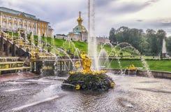 Århundrade för kaskad 18 för för Peterhof slottkomplex och springbrunn storslaget Royaltyfri Foto