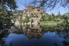 Århundrade sjö och fördämning på den Malibu liten vikdelstatsparken i Kalifornien royaltyfria bilder