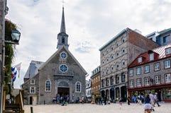 Århundradekyrka och hus i gamla Quebec City Royaltyfri Bild