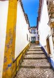 ÅrhundradeMediieval för smal vit gata 11th stad Obidos Portugal Royaltyfria Foton