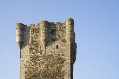 århundradetorn för th 15 av vördnad av slotten av Monleà ³ n, Salamanca, Spanien royaltyfria foton
