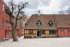 ÅRHUS DANMARK - APRIL 12, 2015: Medeltida hus arkivbilder