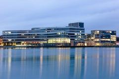 Århus hamn på den blåa timmen Arkivfoto