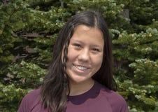 Årig Amerasian flicka för älskvärda tretton i monteringen Rainier National Park royaltyfria bilder