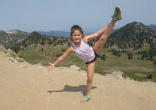 Årig Amerasian flicka för tio som poserar i monteringen Rainier National Park, Washington arkivfoton