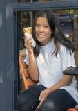 Årig Amerasian tonårs- flicka för tretton som tycker om en glasskotte i Seattle, Washington royaltyfria bilder