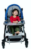 Årig biracial rörelsehindrad pojke tre i den medicinska sittvagnen som är lycklig Royaltyfria Bilder