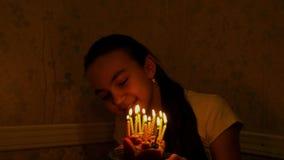 Årig caucasian flicka för tonåring 12 med födelsedagstearinljus lager videofilmer