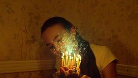 Årig caucasian flicka för tonåring 12 med födelsedagstearinljus stock video