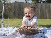 Årig en behandla som ett barn dundersuccé för pojkechokladkaka Royaltyfria Bilder