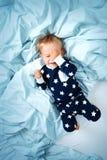 Årig en behandla som ett barn i sängen Royaltyfria Bilder