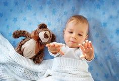 Årig en behandla som ett barn med en nallebjörn Fotografering för Bildbyråer