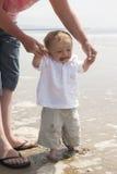 Årig en behandla som ett barn pojkeanseende i havet Fotografering för Bildbyråer