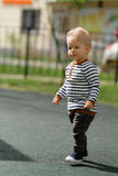 Årig en behandla som ett barn pojkelilla barnet på lekplatsen Royaltyfri Fotografi