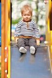 Årig en behandla som ett barn pojkelilla barnet på lekplatsglidbanan Royaltyfri Fotografi
