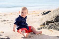 Årig en behandla som ett barn pojken på stranden Royaltyfri Fotografi