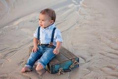 Årig en behandla som ett barn pojken på stranden Royaltyfria Foton