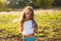 Årig flicka fyra med långt hår Arkivfoton
