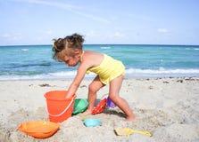 Årig flicka lite två på stranden Arkivbilder
